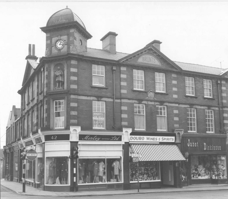 Old black and white photo of the Brunts Building in 1964 including Douro Wines and Spirits shop